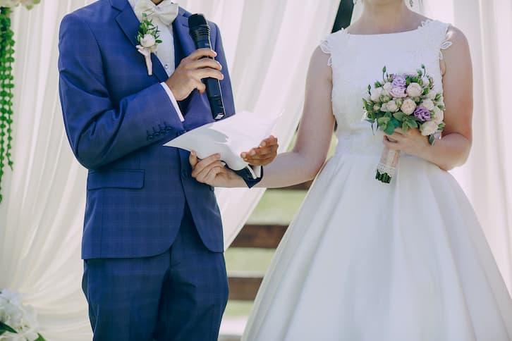 para młoda ślub humanistyczny czyta przysięgę