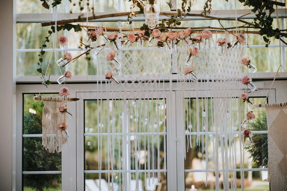 dekoracje weselne nad stołem prezydialnym w stylu boho glamour