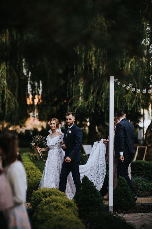 para młoda wchodzi na salę weselną