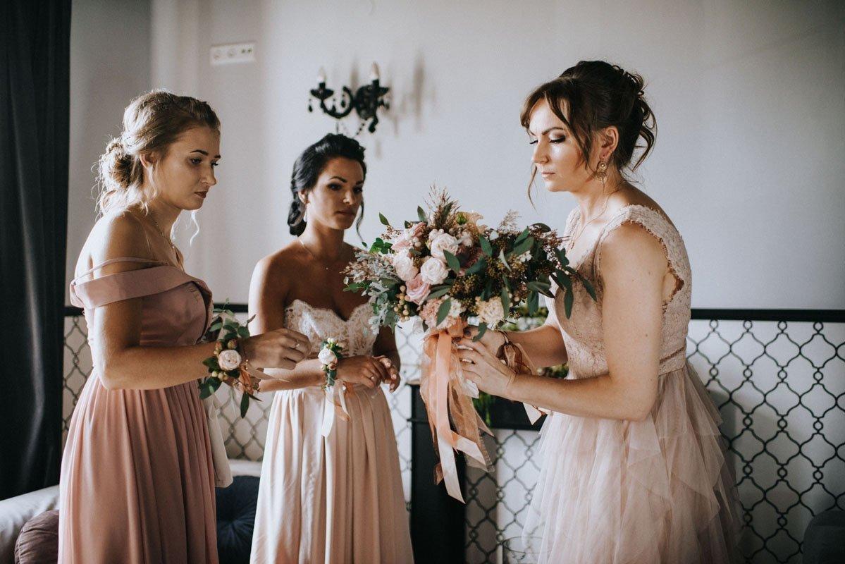 druhny w pastelowych sukienkach