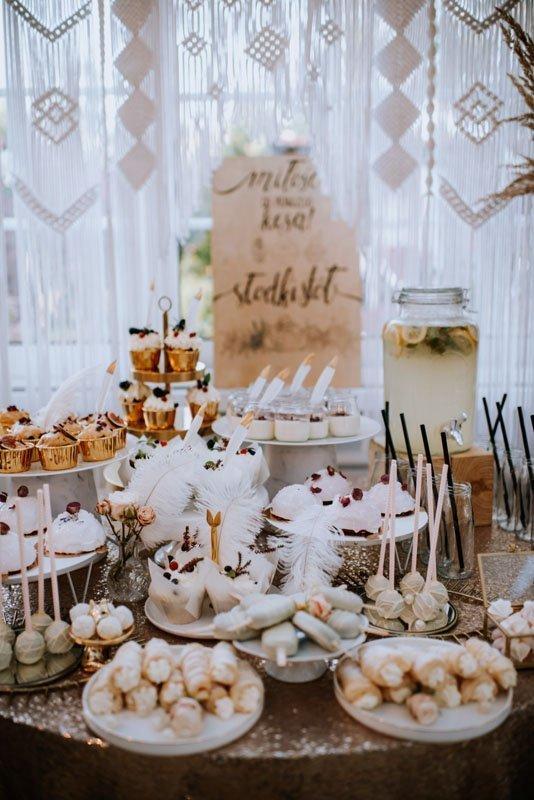 słodkości na stole weselnym