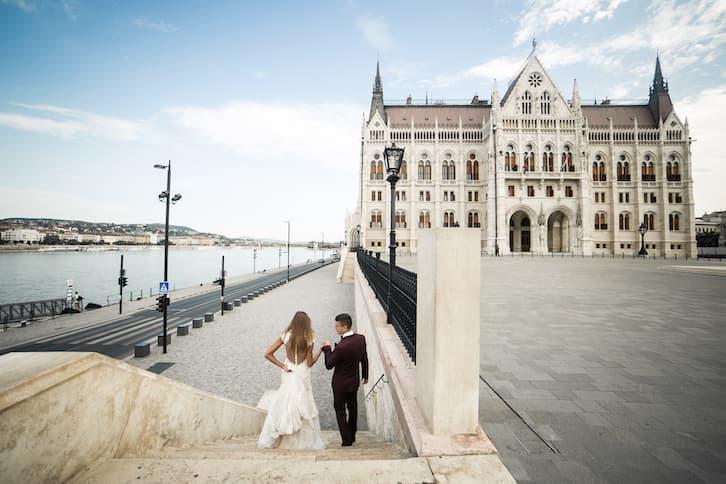ślub konkordatowy młoda para schodzi po schodach
