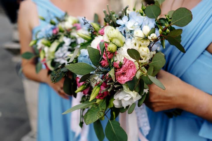 ślub konkordatowy druhny trzymają bukiety