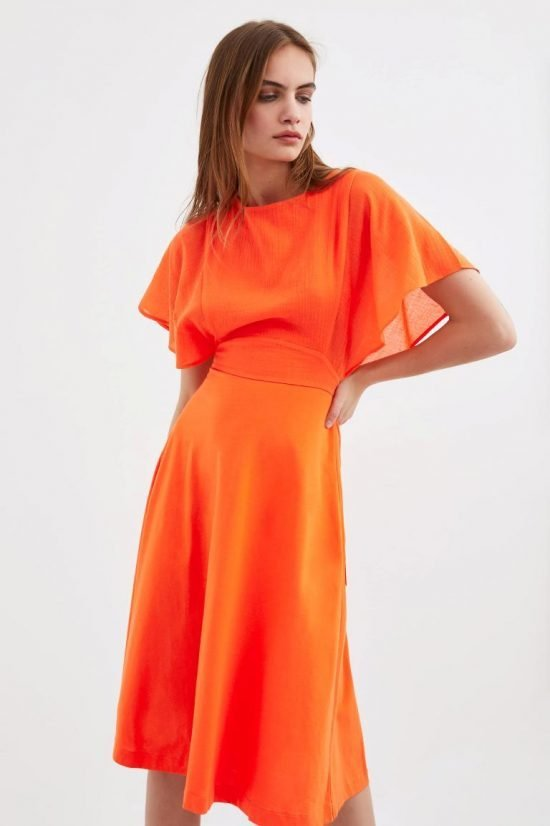 Pomarańczowa sukienka ze zwiewnymi rękawkami