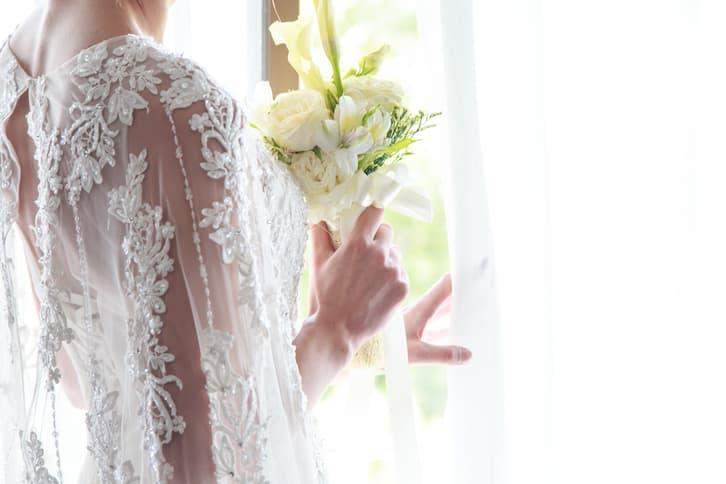 panna młoda z bukietem zmiana nazwiska po ślubie
