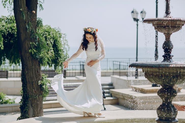 panna młoda wianek prosta suknia z trenem