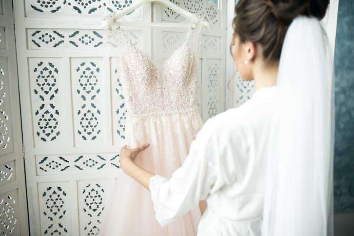 panna młoda suknia ślubna na wieszaku