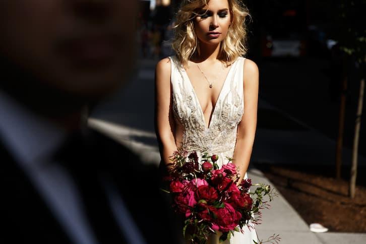 panna młoda suknia ślubna dekolt