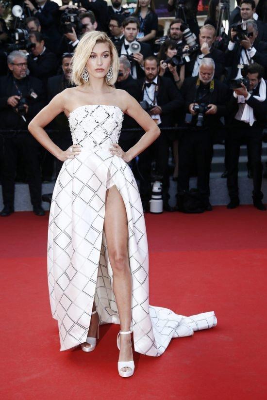 Suknie z czerwonego dywanu Cannes - Hailey Baldwin
