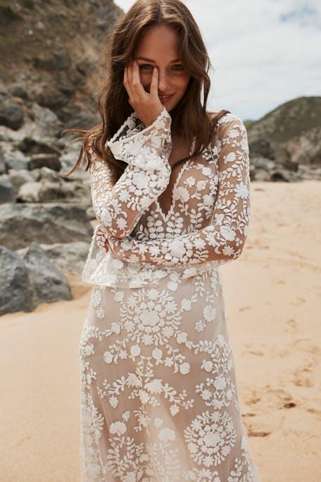 suknia ślubna z bardzo długimi rękawem