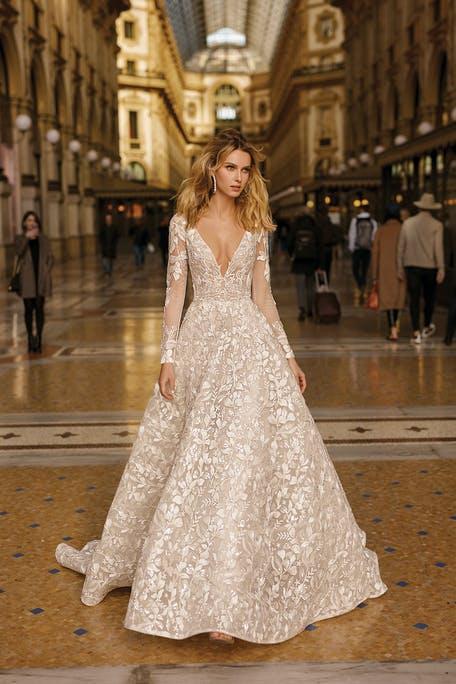 suknia ślubna z długim rękawem z dekoltem V