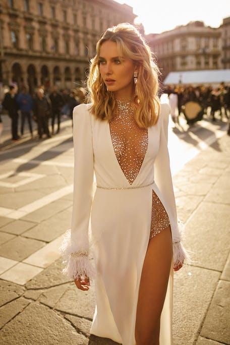 suknia ślubna z długim rękawem z piórami