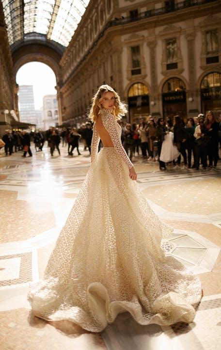 suknia ślubna z długim rękawem z odkrytymi plecami