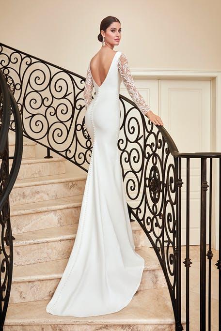 suknia ślubna z długim rękawem z dekoltem na plecach