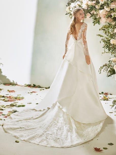 suknia ślubna z długim rękawem z odsłoniętymi plecami
