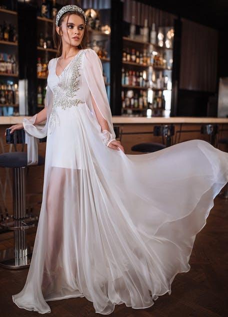 zwiewna suknia ślubna z długim rękawem