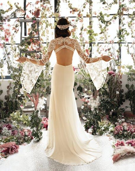 suknia ślubna z rozszerzanymi rękawem