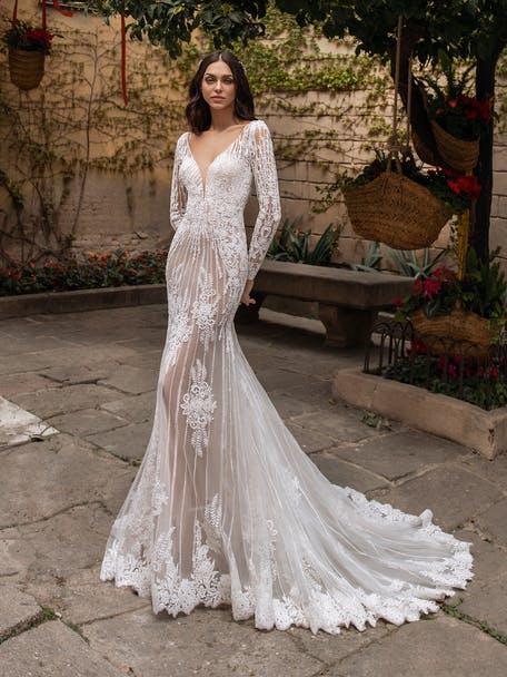 suknia ślubna z długim rękawem i dekoltem w kształcie litery V