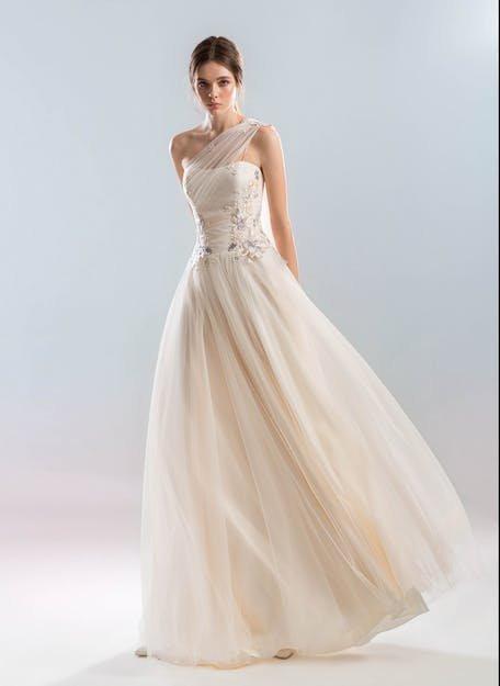 Suknie ślubne na jedno ramię - trendy 2020