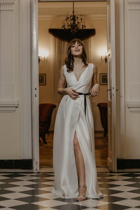 suknia ślubna z czarnym paskiem 2021