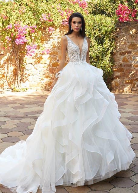 suknia ślubna z falbanami 2021