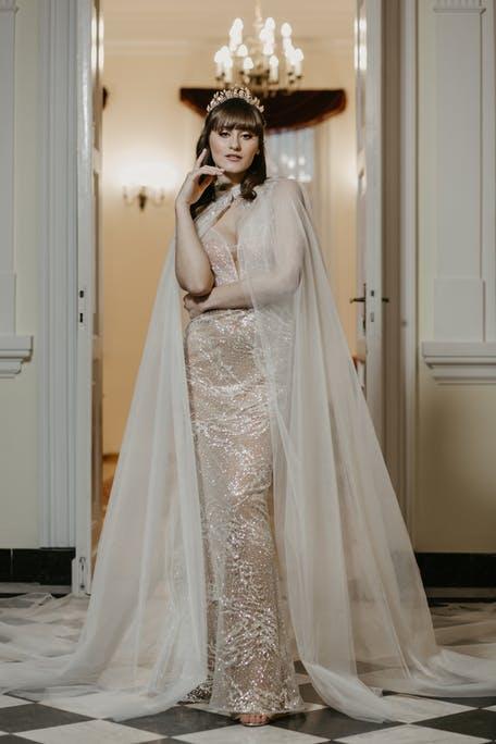 suknie ślubne z peleryną 2021