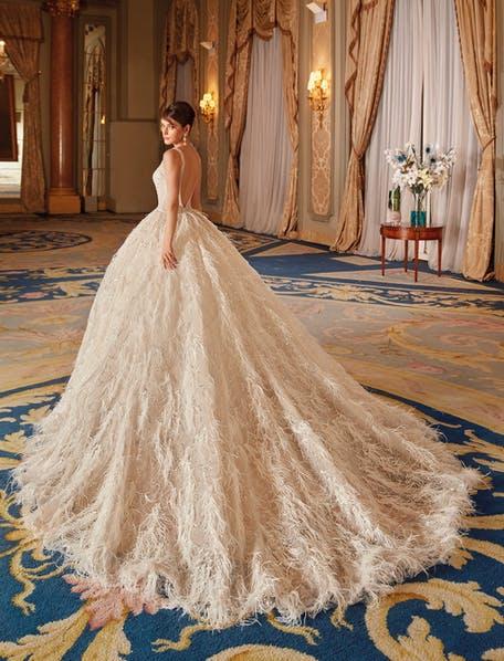 suknie ślubne z piórami 2021