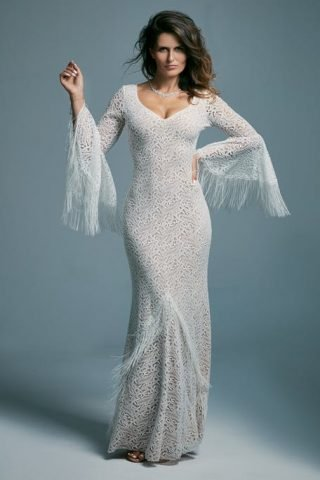 Suknia ślubna z frędzlami na rękawach