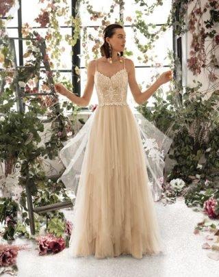Suknia ślubna w stylu boho na cienkich ramiączkach