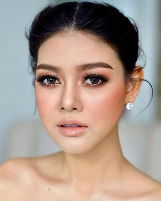 Trendy w makijażu ślubnym 2019 - róż na policzkach