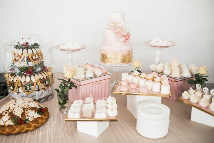 różowy pastelowy słodki stół