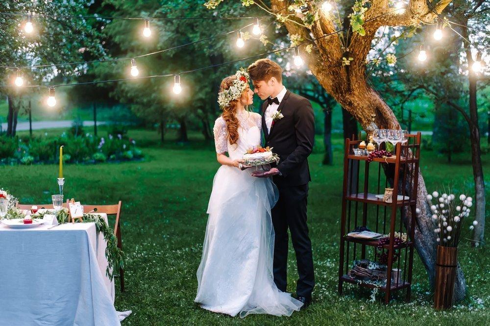 jak się ubrać na wesele w ogrodzie