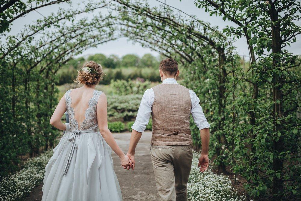 wesele w ogrodzie - stroje pary młodej