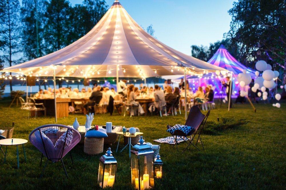 wesele w ogrodzie pod namiotem