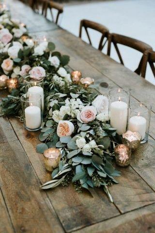 Dekoracje stołów w stodole weselnej