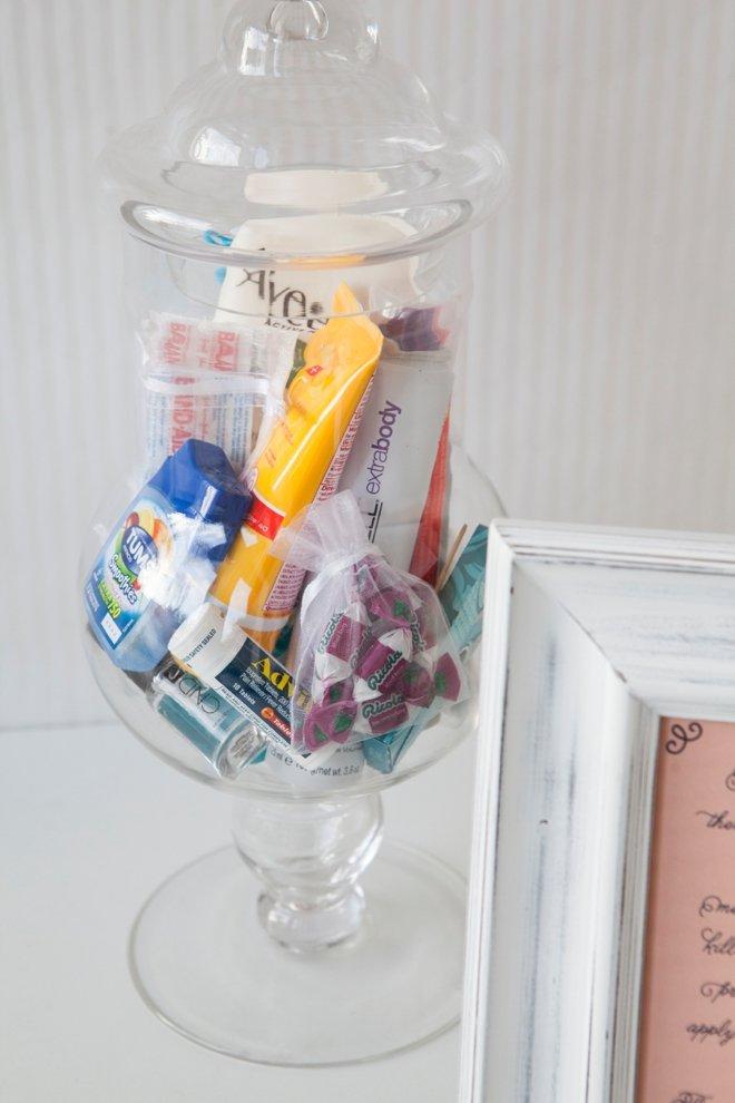szklany pojemnik z kosmetykami dla gości weselnych