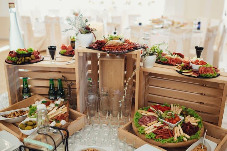 wiejski stół wesele drewniane skrzynki