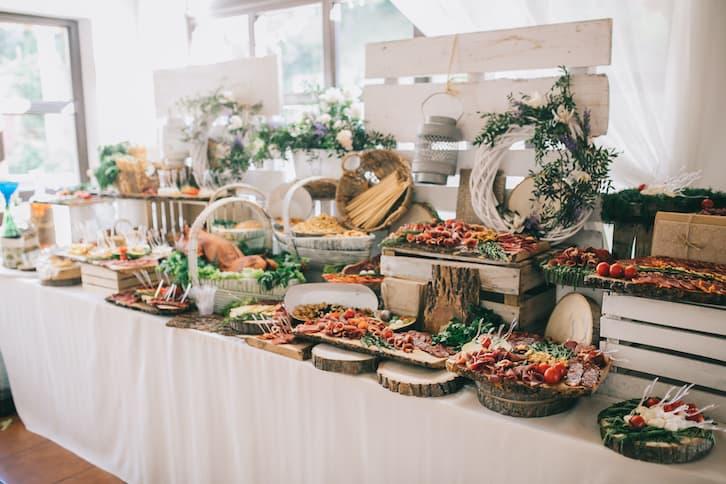 wiejski stół wesele rustykalne