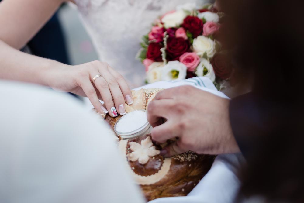 Witanie chlebem i solą na weselu - co to oznacza?
