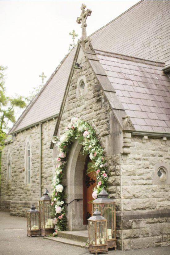 Wystrój kościoła na ślub - wejście do kościoła - zdjęcie 1