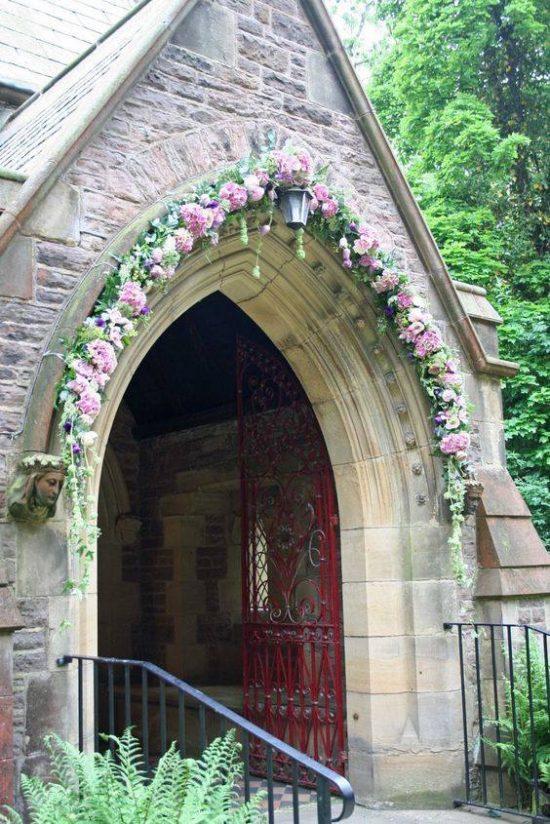 Wystrój kościoła na ślub - wejście do kościoła - zdjęcie 2