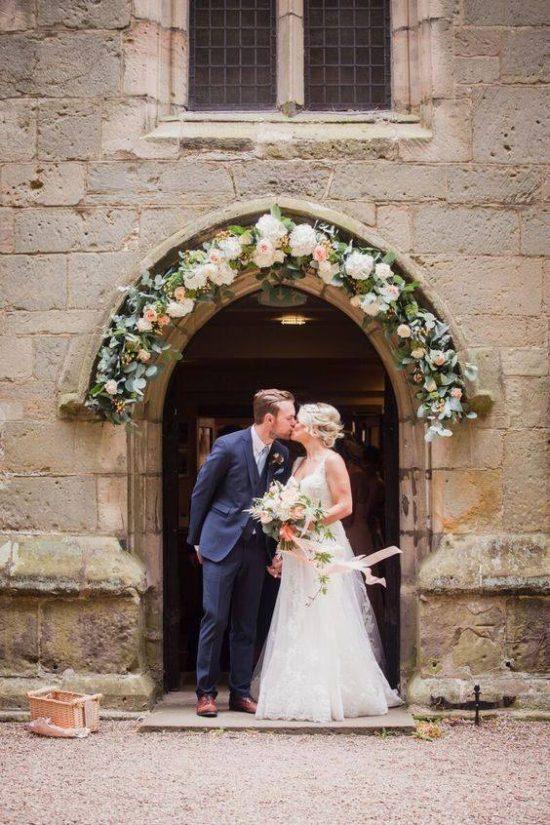Wystrój kościoła na ślub - wejście do kościoła - zdjęcie 6