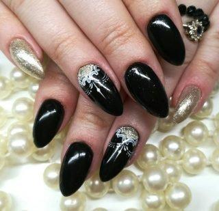 czarny zimowy manicure ślubny