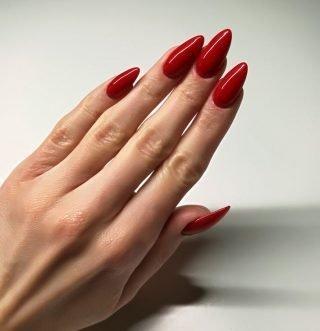 bordowy zimowy manicure ślubny