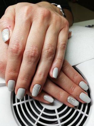 srebrny zimowy manicure ślubny