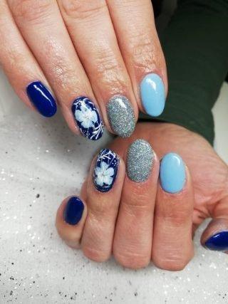 niebieski zimowy manicure ślubny