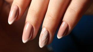 zimowy manicure ślubny frencz