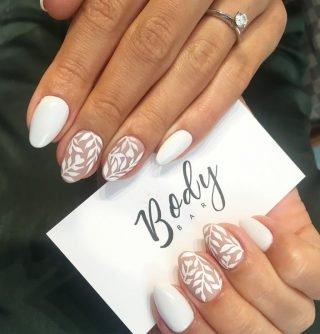 biały zimowy manicure ślubny