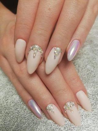 zimowy manicure ślubny ze zdobieniami
