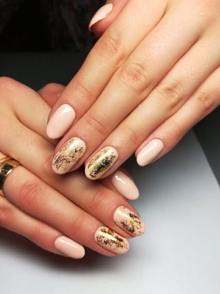 złoty zimowy manicure ślubny